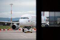 ARCHIV - 25.09.2020, Baden-Württemberg, Stuttgart: Eine Maschine der Fluggesellschaft Eurowings steht auf dem Vorfeld des Flughafens Stuttgart. Angesichts der pandemiebedingten Einbrüche hoffen die Flughäfen im Südwesten auf finanzielle Hilfen vom Staat. (zu dpa «Südwest-Flughäfen hoffen auf Finanzhilfen») Foto: Marijan Murat/dpa +++ dpa-Bildfunk +++