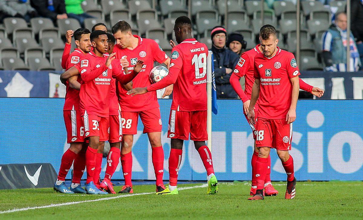Leandro Barreiro (2.v.l.) und seine Teamkollegen freuen sich über das 1:0 für Mainz.