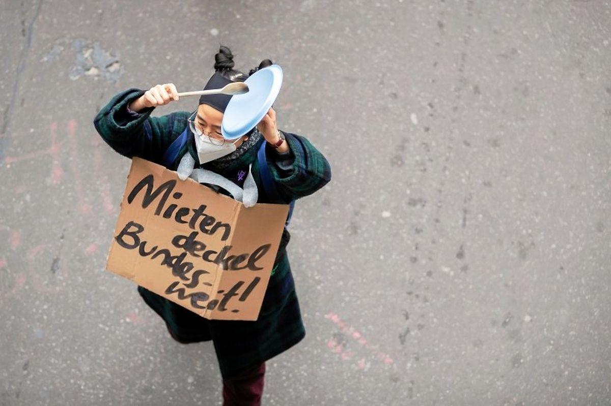 Protesto em Berlim, a 15 de abril de 2021, reuniu mais de 15 mil pessoas que reclamam as condições de habitação em Berlim.