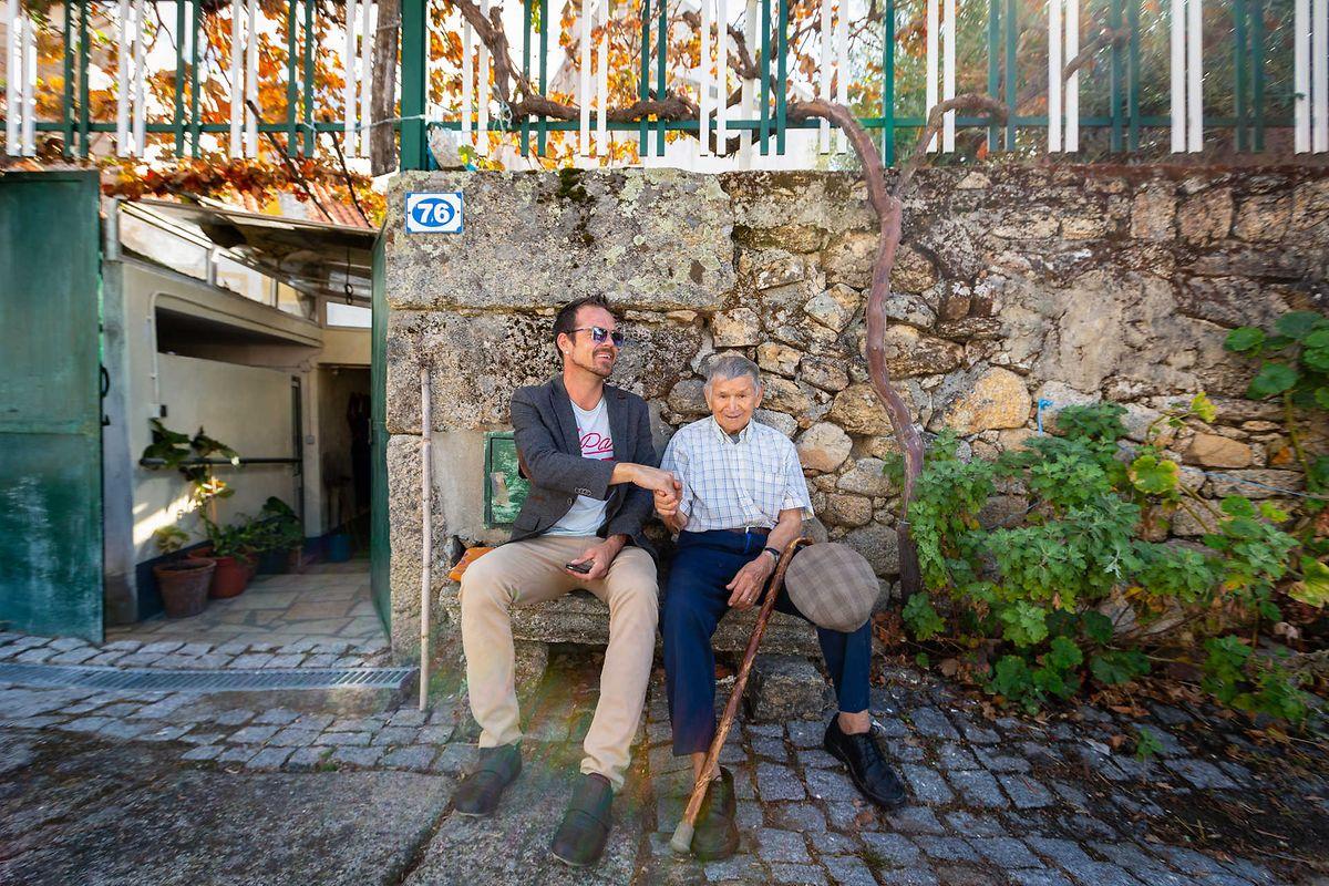 Um irlandês de 38 anos e os octogenários José e Maria José, na Aldeia de João Pires. Não é só a mistura de nacionalidades, é também a de gerações
