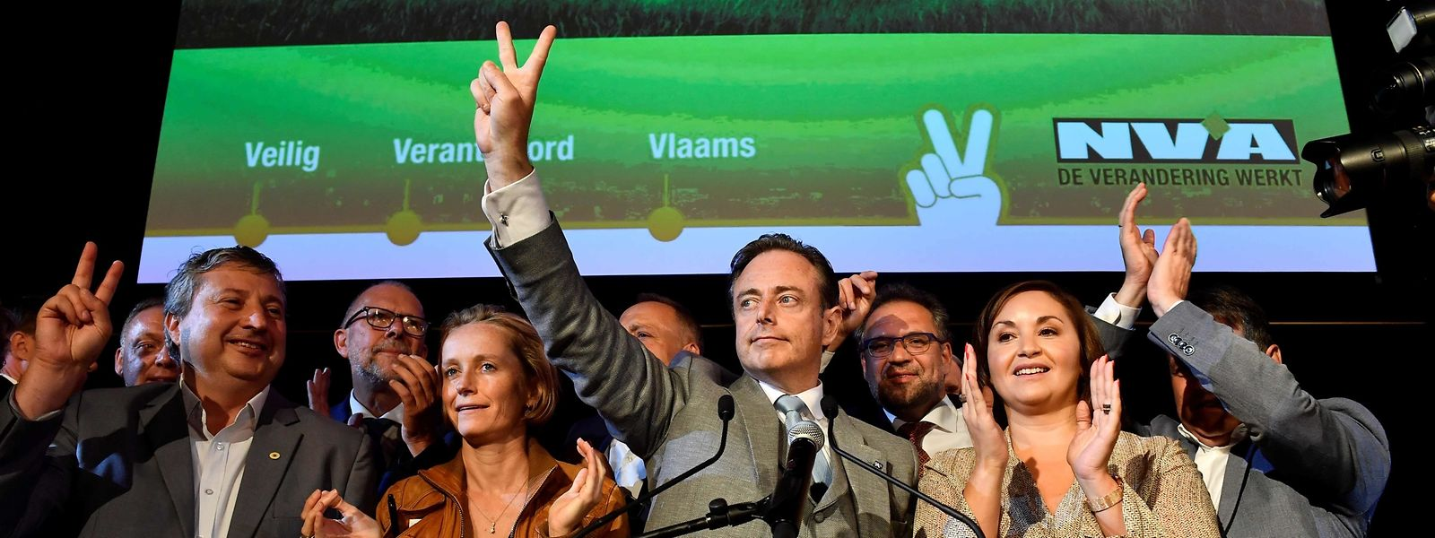 Le parti nationaliste flamand N-VA, emmené par le maire d'Anvers Bart de Wever (au centre sur la photo) conserve sa position dominante.