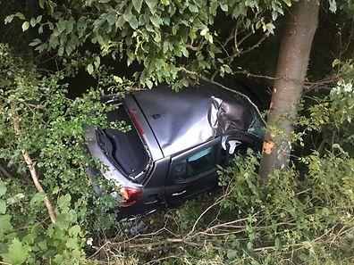 Die Autofahrerin konnte leicht verletzt aus ihrer misslichen Lage befreit werden.