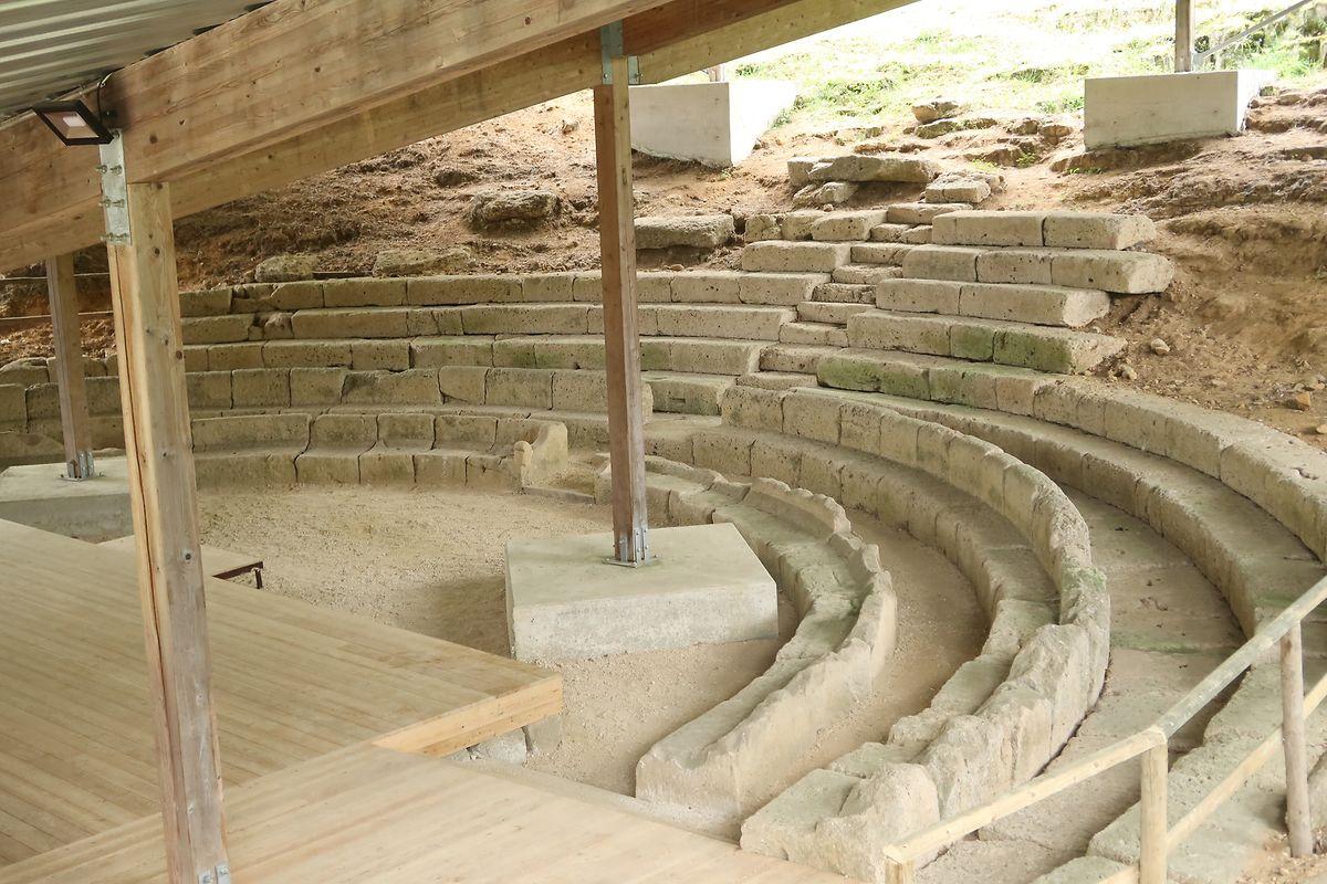 Früher hatte das Amphitheater 3500 Sitzplätze, der heute zugängliche Teil fasst 130 Menschen.