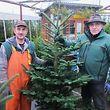 Ex-Stahlarbeiter Bert Wilmes (rechts) verkauft seit 1981 Weihnachtsbäume.