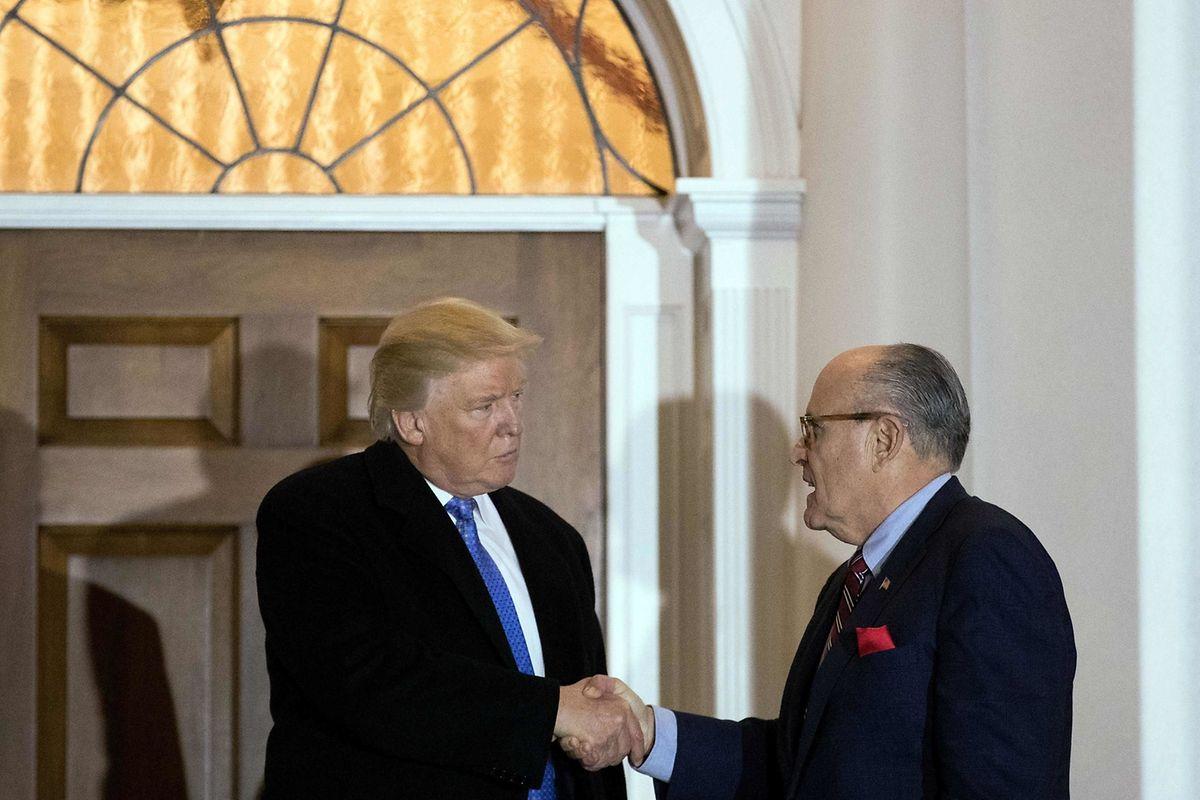 Der ehemalige Bürgermeister von New York, Rudy Giuliani (r.), ist mittlerweile Trumps persönichler Anwalt.