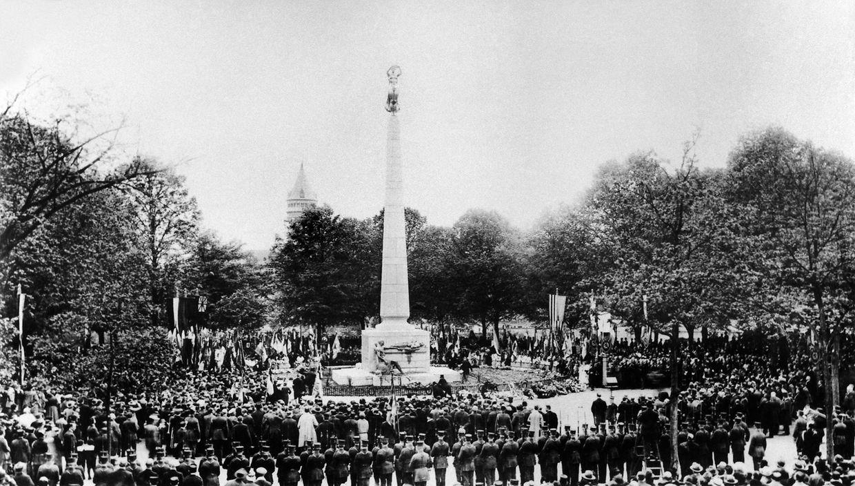 Le 27 mai 1923 l'inauguration du Monument du Souvenir donne lieu a une immense fête sur la Place de la Constitution à Luxembourg.