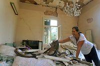 02.09.2020, Libanon, Beirut: Marie-Rose Tobbagi bei den Aufräumarbeiten in ihrem Haus in Mar Mikhail. Das 1898 erbaute Haus wurde bei der Explosion im Hafen Beiruts am 4. August stark beschädigt. Foto: Marwan Naamani/dpa +++ dpa-Bildfunk +++