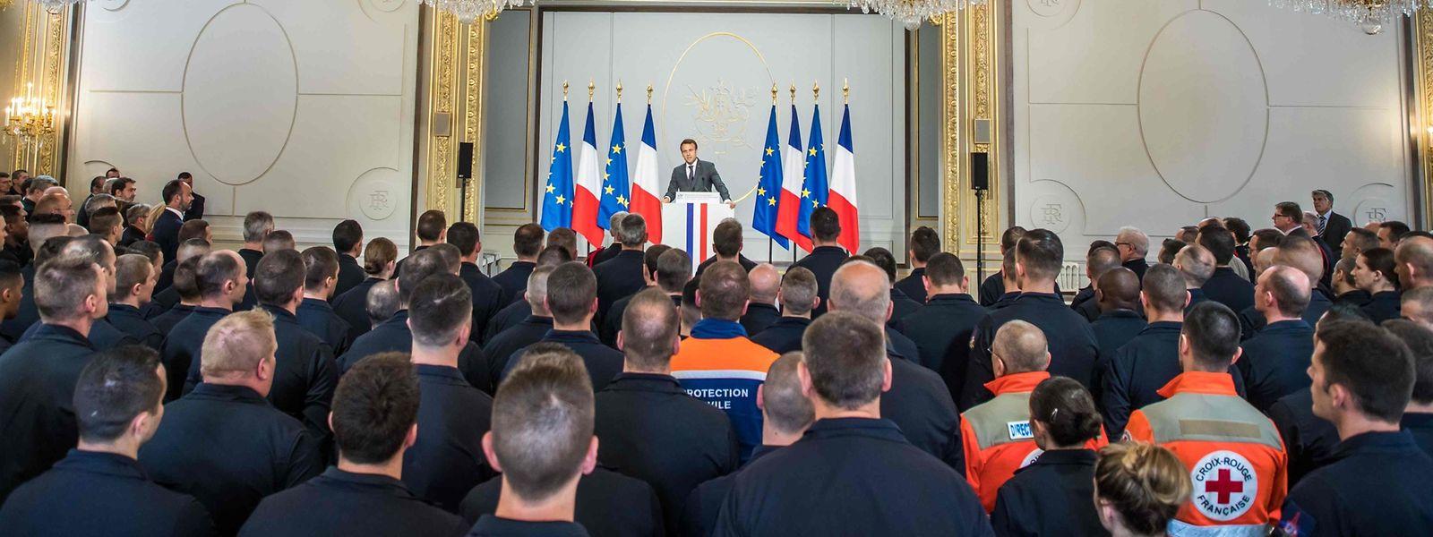 Präsident Emmanuel Macron empfing am Donnerstag mehrere hundert Einsatzkräfte, die bei den Löscharbeiten der Notre-Dame dabei waren.