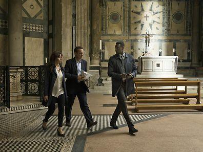 """Nicht nur mit einem souveränen Hauptdarsteller wie Tom Hanks (Mitte), auch mit Postkartensettings wie hier dem Baptisterium San Giovanni in Florenz kann """"Inferno"""" punkten."""