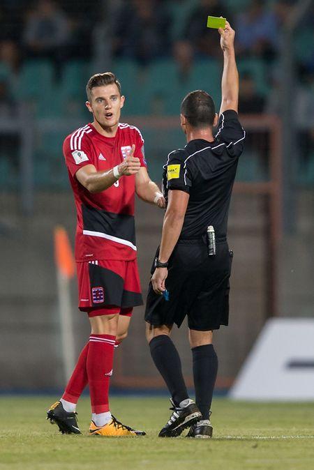Averti par M. Pisani, Chris Philipps devra éviter de prendre un nouveau carton pour pouvoir jouer contre la Suède.