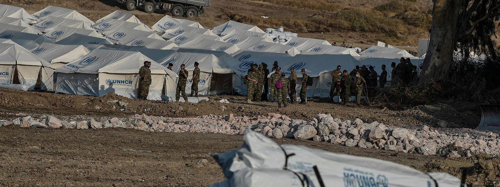 Die griechische Armee errichtete auf Lesbos ein temporäres Zeltlager für obdachlose Migranten.