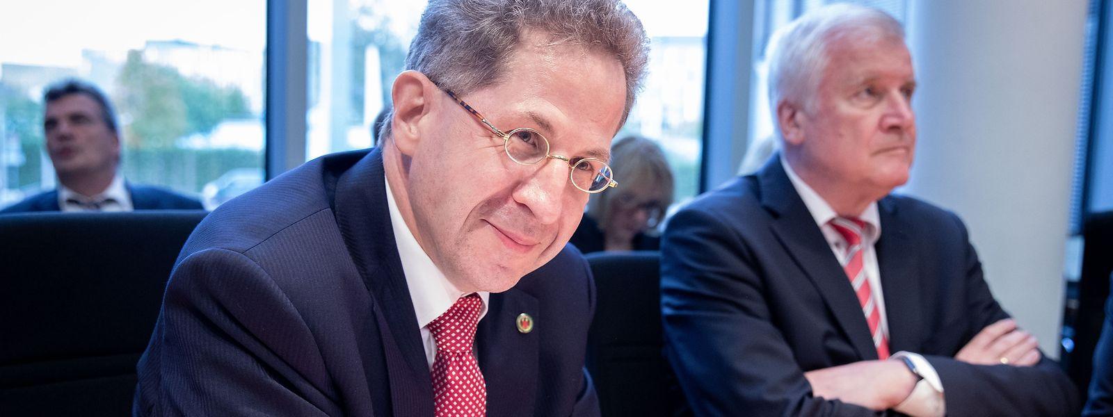 Hans-Georg Maaßen Maaßen muss nach seinen umstrittenen Äußerungen zu fremdenfeindlichen Ausschreitungen in Chemnitz seinen Posten räumen.Auf Anordnung von Innenminister Seehofer (links) wechselt er als Staatssekretär ins Bundesinnenministerium.