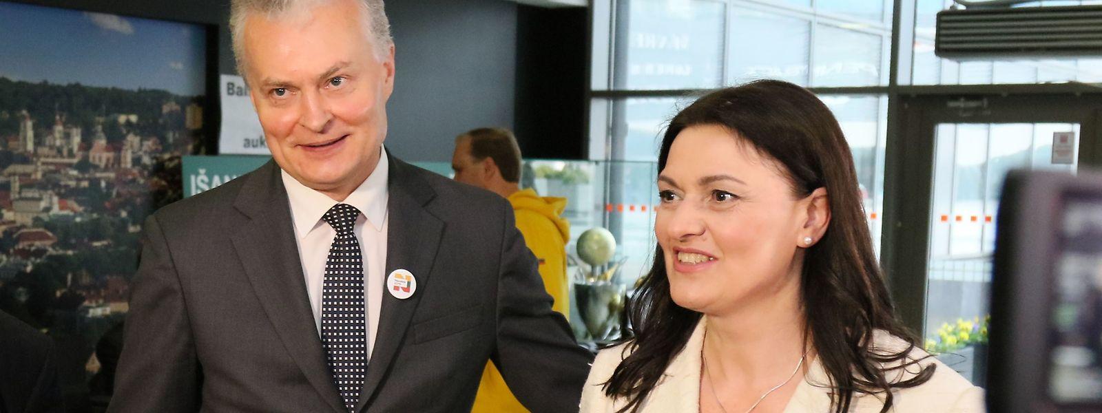 Der Ökonom Gitanas Nauseda (mit Ehefrau Diana Nausediene) geht als Favorit in die Stichwahl.