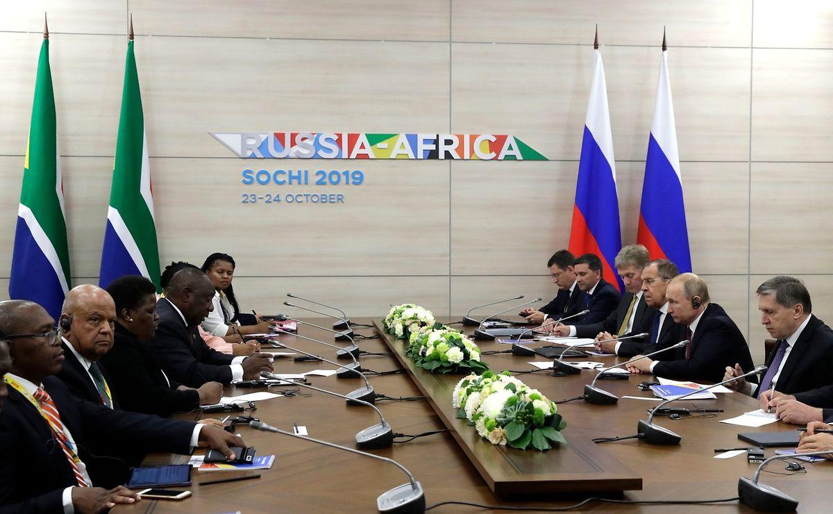 Cyril Ramaphosa (4.v.l), Präsident von Südafrika, trifft sich mit Wladimir Putin (2.v.r), Präsident von Russland, während des ersten Afrika-Russland-Gipfels. Erwartet werden 44 Staats- und Regierungschefs vom afrikanischen Kontinent.