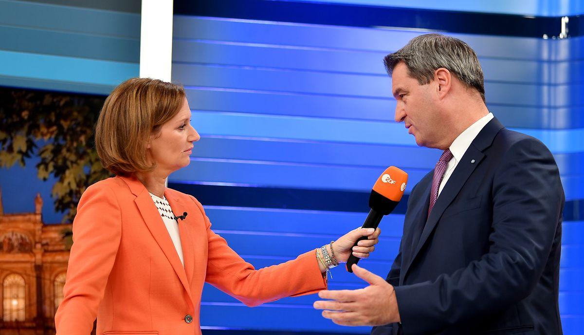 Markus Söder (CSU), Ministerpräsident von Bayern, gibt der ZDF-Journalistin Bettina Schausten ein Fernsehinterview zur Landtagswahl in Bayern.