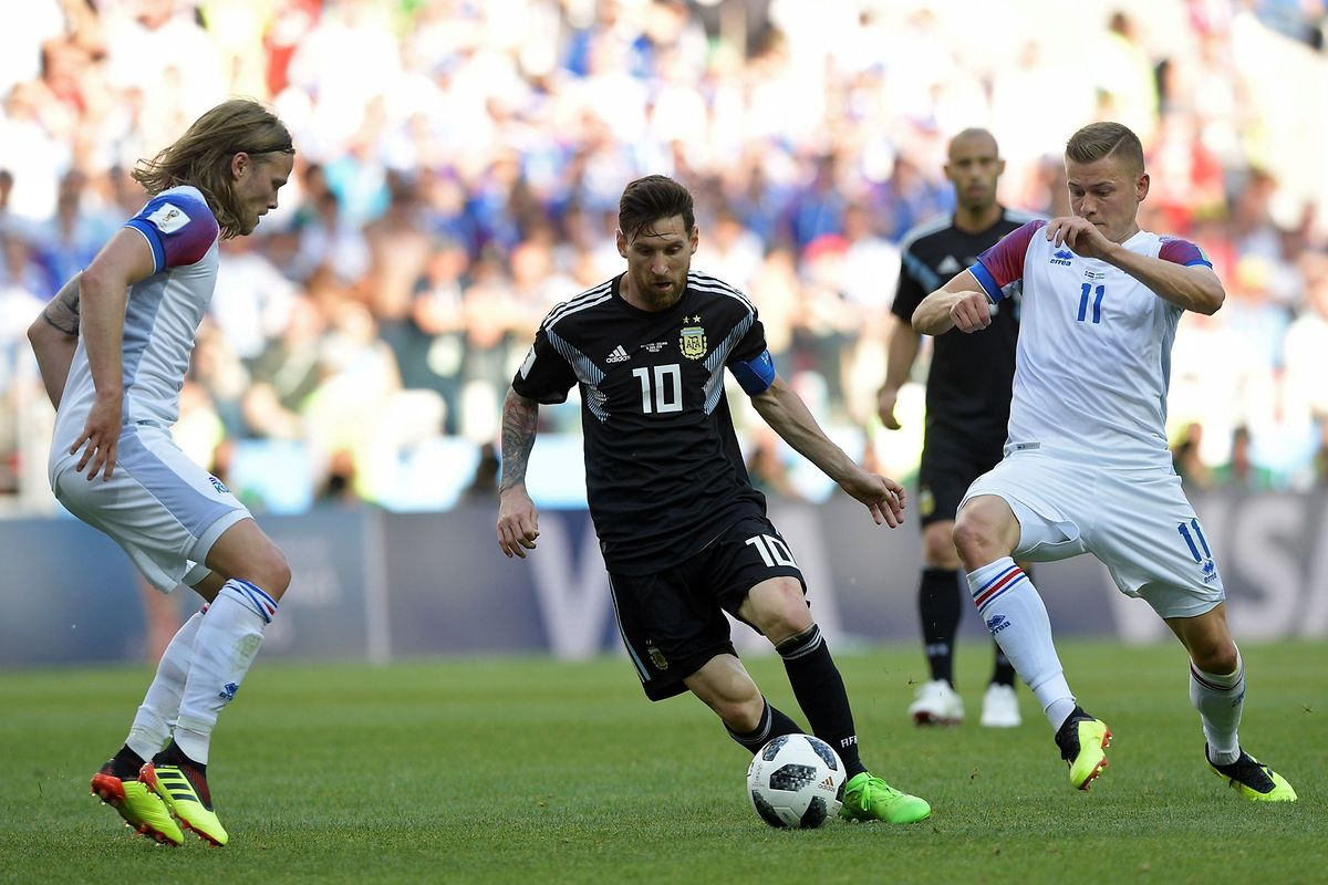 Argentina's forward Lionel Messi (C) vies with Iceland's forward Alfred Finnbogason during the Russia 2018 World Cup Group D football match between Argentina and Iceland at the Spartak Stadium in Moscow on June 16, 2018. / AFP PHOTO / Juan Mabromata / RESTRICTED TO EDITORIAL USE - NO MOBILE PUSH ALERTS/DOWNLOADS