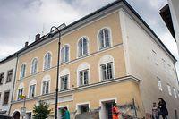 HItlers Geburtshaus in Braunau am Inn war zum Reiseziel für europäische Neonazis geworden.