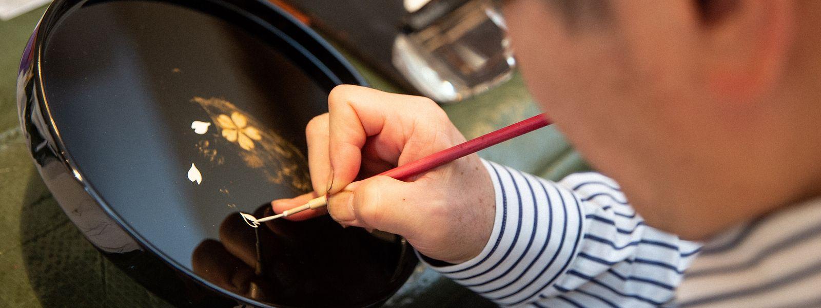 Der Künstler Katsuhiko Hayashi führte die bis ins achte Jahrhundert n.Chr. zurückreichende Maltechnik Maki-e vor.