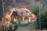 26.07.2018, USA,Kalifornien,Redding: EinHaus brennt. Im US-Bundesstaat Kalifornien haben drei größere Waldbrände zehntausende Hektar Wald zerstört und Menschenleben gefährdet. Bei Löscharbeiten im nördlichen Shasta County kam am Donnerstagabend (Ortszeit) ein Mann ums Leben, wie örtliche Medien berichteten. Den Angaben zufolge handelte es sich um einen Privatunternehmer, der die Feuerwehr unterstützte. (zu dpa Waldbrände in Kalifornien zerstören Zehntausende Hektar Wald vom 27.07.2018) Foto: Mark Mckenna/ZUMA Wire/dpa +++ dpa-Bildfunk +++