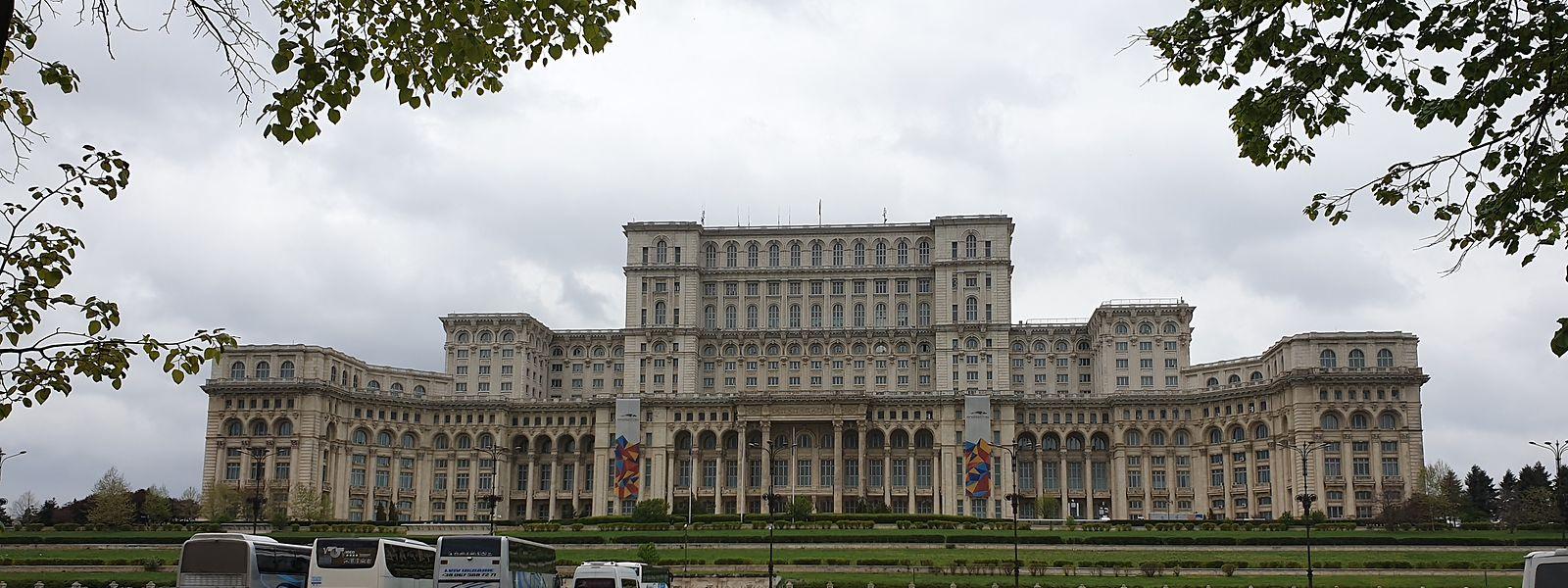 Das Haus des Volkes, das heute als Palast des Parlaments bekannt ist, thront inmitten von Bukarest.