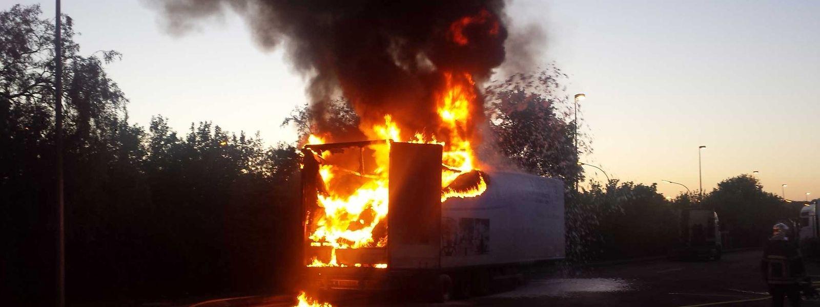 Der Anhänger stand völlig in Flammen.