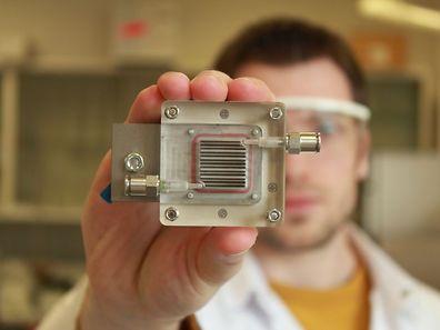 Des scientifiques ont développé un appareil utilisant la lumière et un catalyseur spécial pour nettoyer l'air pollué et produire dans le même temps de l'hydrogène.