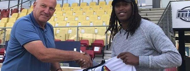 Gerson Rodrigues pose avec son nouveau maillot blanc, celui du SC Telstar Ijmuiden
