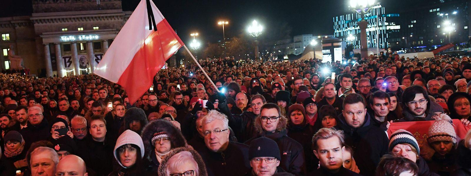 Manifestação contra o ódio em Varsóvia após o assassínio do presidente da Câmara de Gdansk.