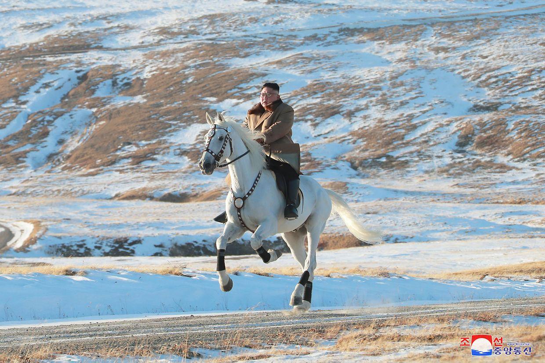 Kim Jong Un beim Ausritt in den winterlichen Bergen seiner Heimat.