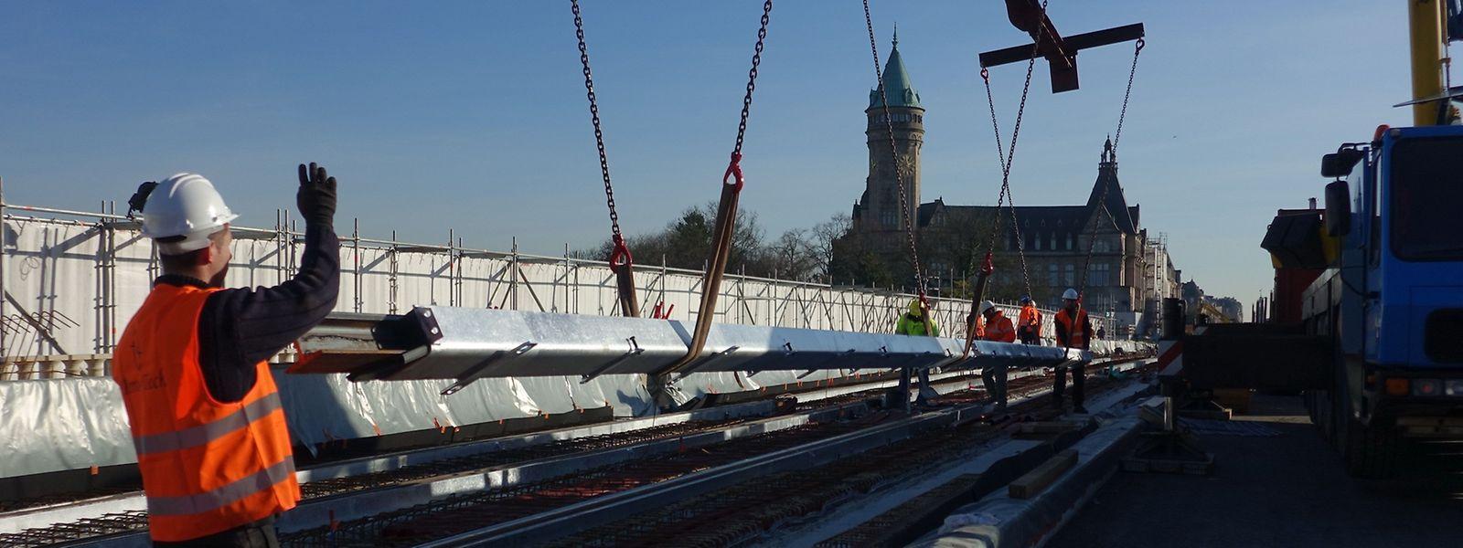 Am Mittwoch wurden die ersten Tramschienen für den Pont Adolphe geliefert.