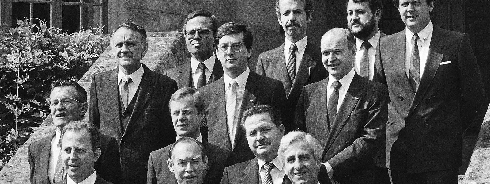 Das Kabinett Santer-Poos nach der Vereidigung: V.l.n.r. 1. R.: Jacques Santer, Großherzog Jean, Jacques Poos; 2. R.: Robert Krieps, Fernand Boden, Benny Berg; 3. R.: Marcel Schlechter, Jean-Claude Juncker, Jean Spautz; 4. R.: Johny Lahure, Marc Fischbach, Robert Goebbels, René Steichen.
