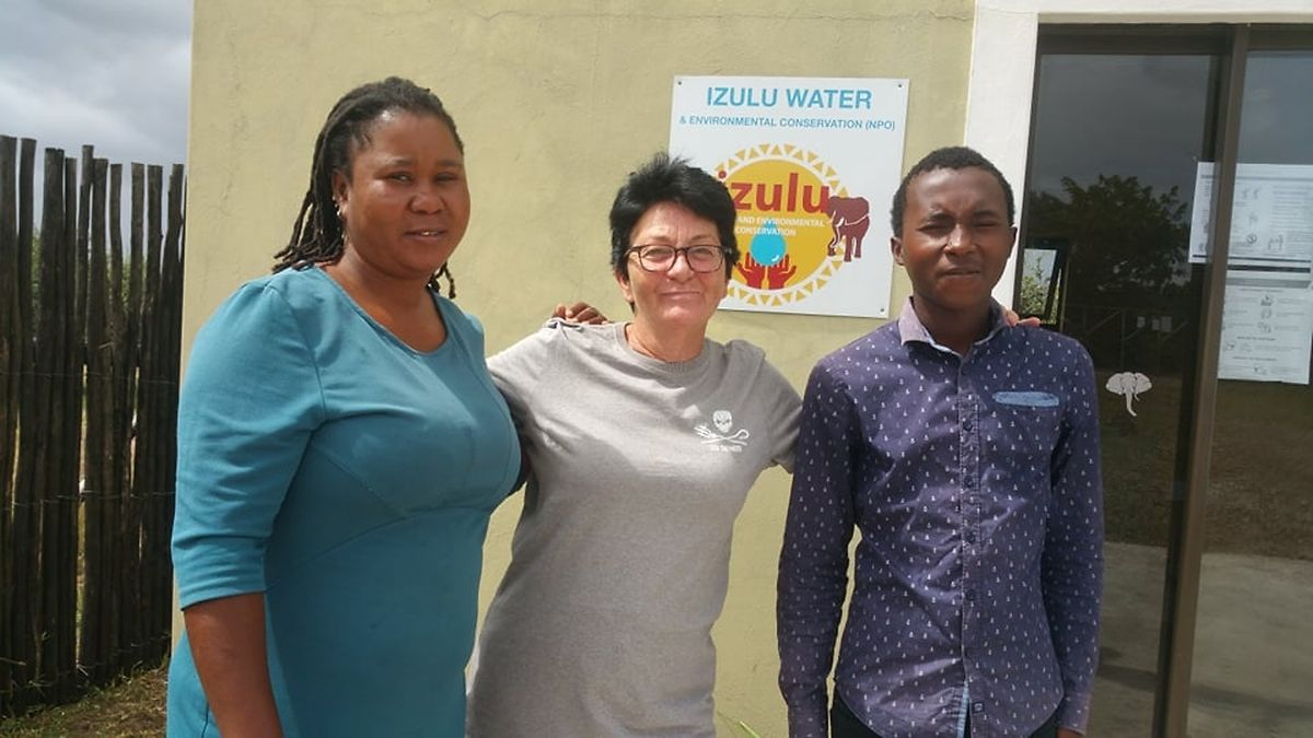 Yasmine (M.) mit Mitarbeiterin Mpume (l.) und deren Sohn Tabo (r.), die während des Lockdowns bei ihr wohnen.