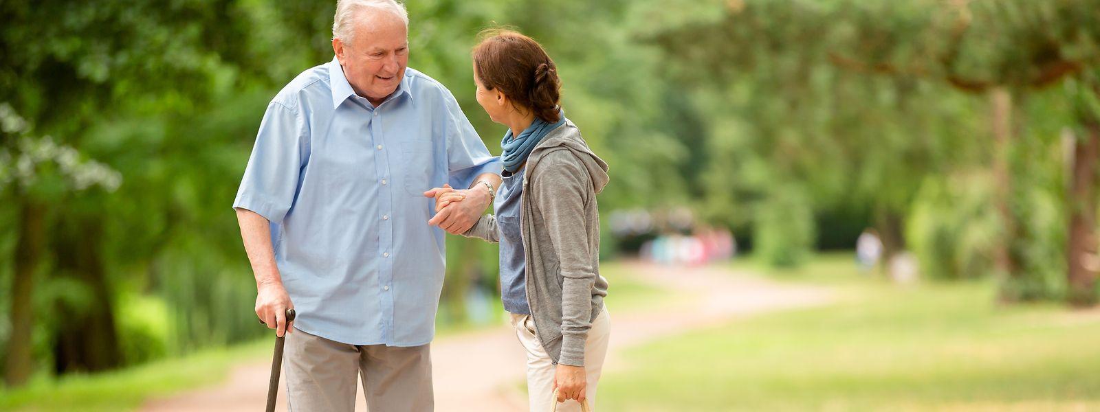 Manche Pflegedienstleister bieten die Einkaufsbegleitung nur gegen Bezahlung an.