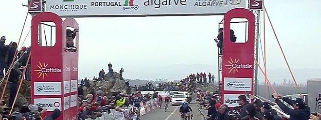 Le Slovène Tadej Pogacar franchit la ligne d'arrivée en vainqueur à l'Alto da Fòia