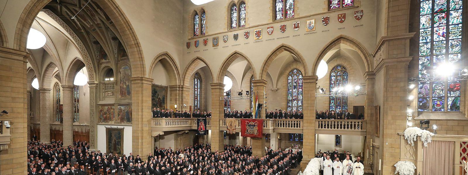 1400 Trauergäste haben sich für das Begräbnis von Grand-Duc Jean in der Kathedrale Notre-Dame versammelt.