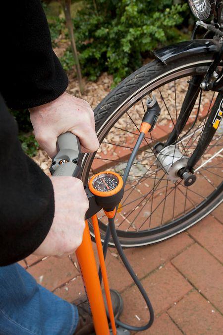 Der richtige Reifendruck steht auf dem Mantel. Wer keine  Pumpe mit Manometer hat, kann ganz simpel mit dem Daumen den Reifendruck prüfen.