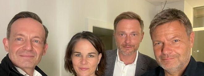 Nach den ersten Vorsondierungen zur Regierungsbildung haben Volker Wissing (FDP), Annalena Baerbock (Grüne), Christian Lindner (FDP) und Robert Habeck (Grüne) ein Selfie veröffentlicht.