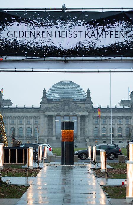 Eine Säule, die Asche vonHolocaust-Opfern enthalten soll, steht vor demReichstag.Das Objekt war Teil eines Kunstwerkes der Künstlergruppe Zentrum für Politische Schönheit.