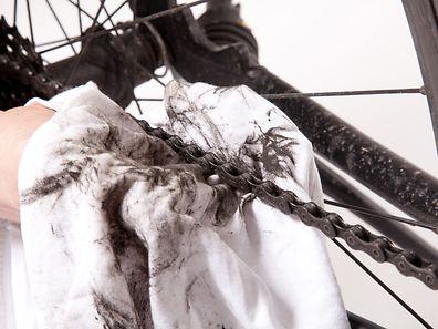Detailarbeit: Auch eine rostige Fahrradkette lässt sich mit einem Lappen und viel Öl wieder auf Vordermann bringen.