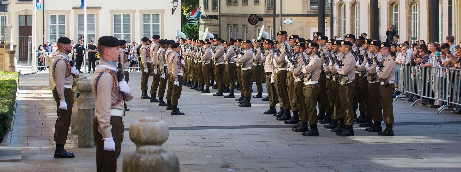 Die feierliche Wachablösung findet drei Mal im Jahr vor dem großherzoglichen Palais statt.
