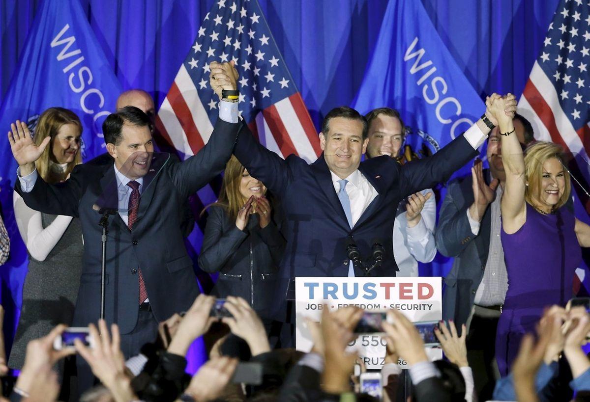 Ted Cruz feiert den Sieg mit seiner Frau (r.) und dem Gouverneur von Wisconsin, Scott Walker (l.).