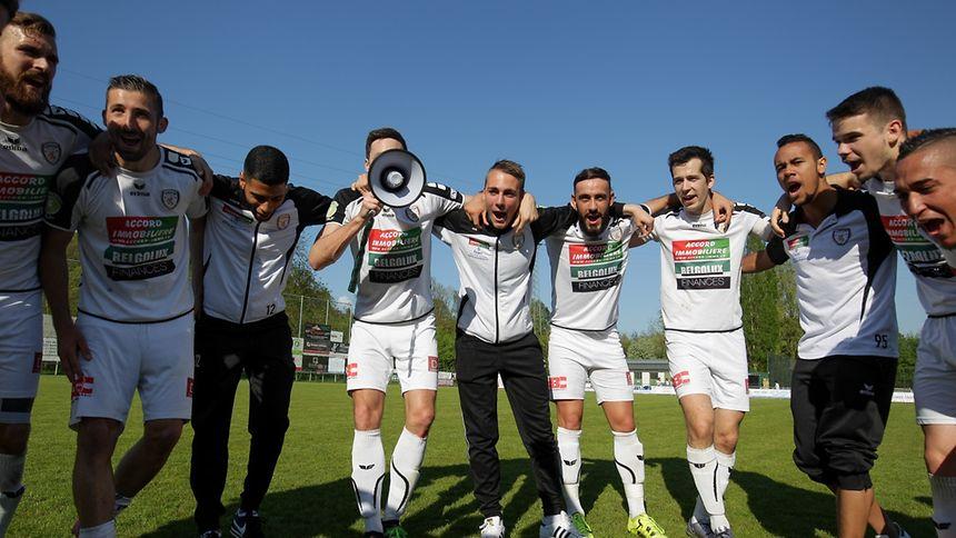 Tobias Baier et les joueurs de l'Union Titus Pétange à la fête, ils évolueront la saison prochaine en BGL Ligue.