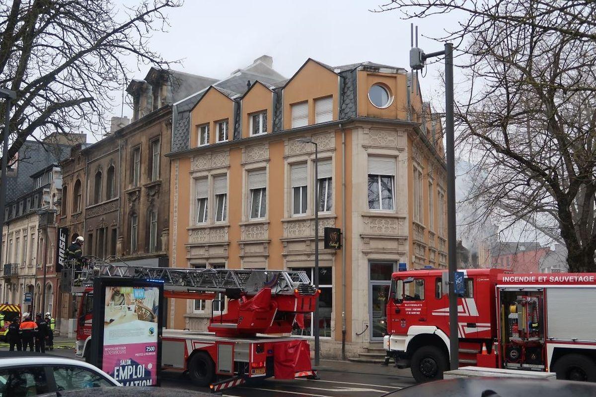 Dieses Café, sowie die angrenzenden Gebäude wurde evakuiert.
