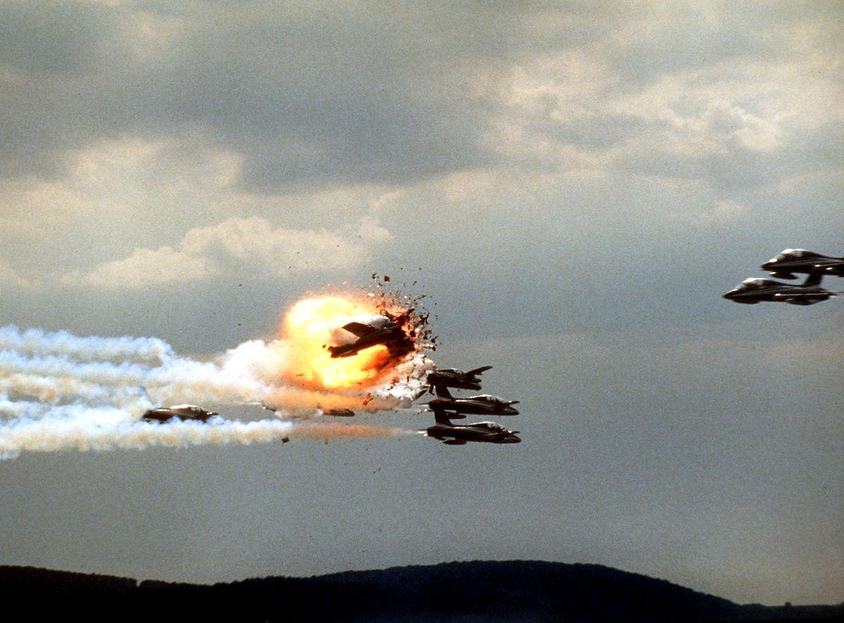 """Folgenschwerer Fehler: Ein Pilot der italienischen Kunstflugstaffel """"Frecce Tricolori"""" ist während der Darbietung """"Das durchstoßene Herz"""" Sekunden zu früh dran. Er kollidiert mit zwei anderen Maschinen, alle drei stürzen ab, ein Düsenjäger rutscht brennend ins Publikum."""