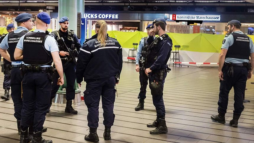 Halle geräumt Militärpolizei schießt Mann an Amsterdamer Flughafen nieder