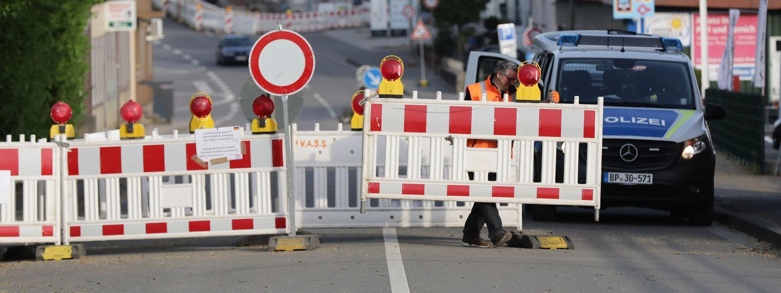 Kurz vor 19 Uhr bauten Beamte der deutschen Polizei die Grenzabsperrungen in Nennig ab.