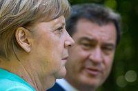 ARCHIV - 14.07.2020, Bayern, Herrenchiemsee: Markus Söder (CSU), Ministerpräsident von Bayern, und Bundeskanzlerin Angela Merkel (CDU) nehmen nach der Sitzung des bayerischen Kabinetts im Neuen Schloss auf der Insel Herrenchiemsee gemeinsam an einer abschließenden Pressekonferenz teil.  (zu dpa: «Schattenkanzler» und Corona-Kämpfer - Wo geht Söders Reise 2021 hin?) Foto: Peter Kneffel/dpa/Pool/dpa +++ dpa-Bildfunk +++