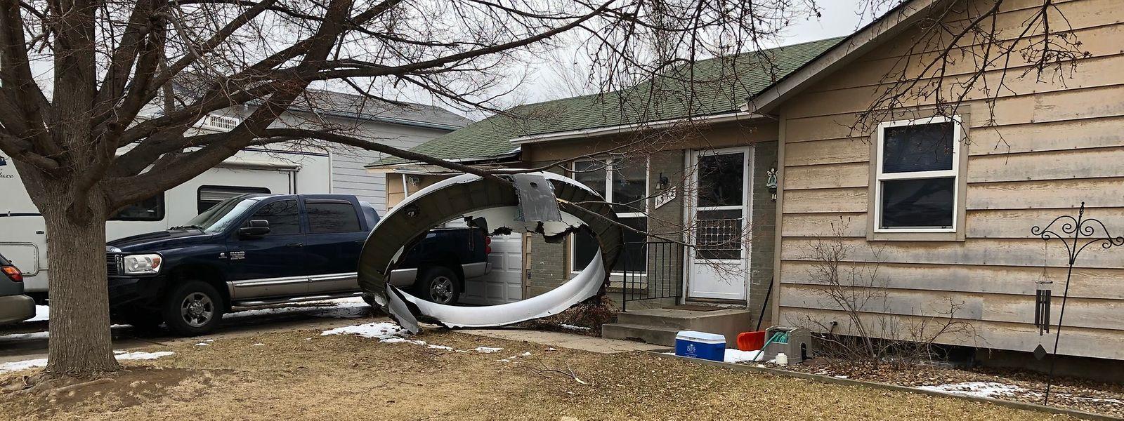 Das von der Polizei Broomfield über Twitter veröffentlichte Foto zeigt ein großes Bauteil eines Flugzeugtriebwerks in einem Vorgarten eines Hauses.