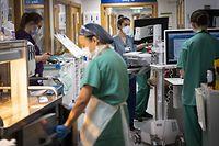 """07.01.2021, Großbritannien, London: Krankenschwestern arbeiten auf einem Korridor einer Akut-Station im St. Georges Krankenhaus. Wegen der rasant steigenden Zahl von Corona-Patienten geraten Krankenhäuser in Großbritannien immer stärker unter Druck. (zu dpa: """"Britische Kliniken wegen Corona zunehmend unter Druck"""") Foto: Victoria Jones/PA Wire/dpa +++ dpa-Bildfunk +++"""