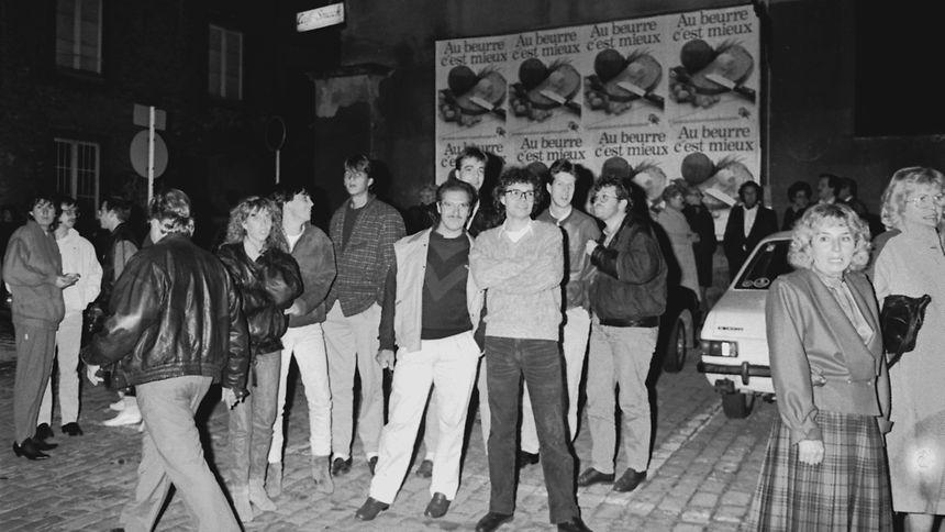 Schaulustige nach dem Anschlag am 19. Oktober 1985 vor dem Justizpalast in Luxemburg: LW-Fotograf Lé Sibenaler übergab die Fotos dieser Serie später an einen Mitarbeiter des Srel.